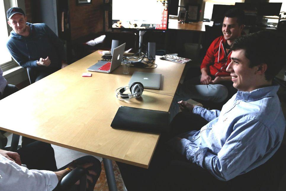 Startup diskutiert Digital Signage Lösungen für Kunden in einem Konferenzraum