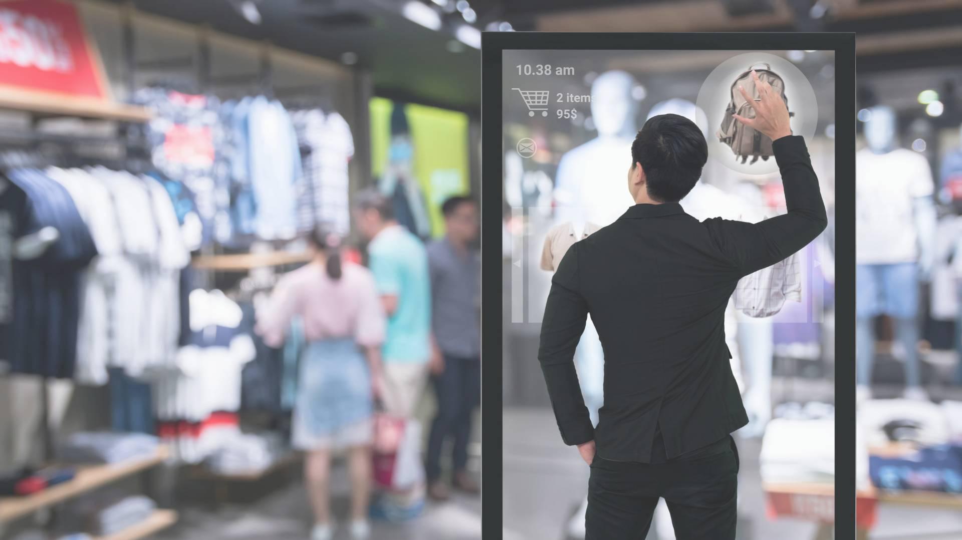 Verbraucher an einer digitalen Informationsstele in einem Laden
